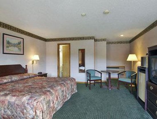 Howard Johnson Express Inn - Lenox: Standard One King Bed Room