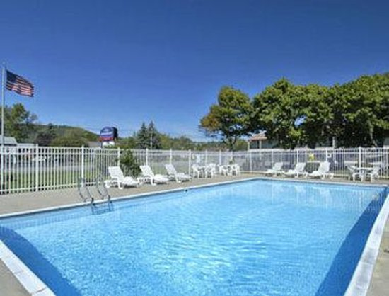 Howard Johnson Express Inn - Lenox: Pool