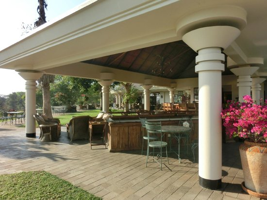 Ilala Lodge: giardino/sala colazione