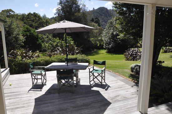 Whangamata, Yeni Zelanda: View of garden from guest sitting room