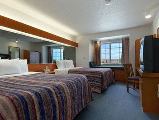 Owatonna, MN: Standard Two Queen Bed Room