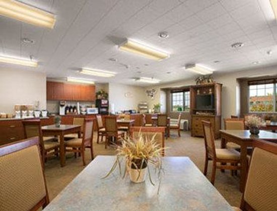 Microtel Inn & Suites by Wyndham Rapid City: Breakfast Area