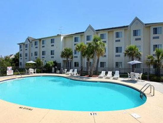 Microtel Inn &amp; Suites by Wyndham Carolina Beach: Pool