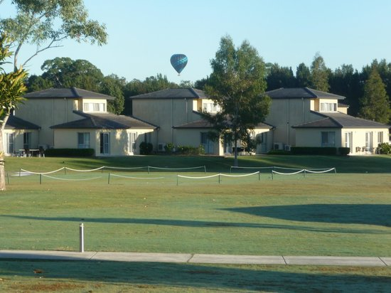 Lovedale, Australia: View of balooning across the Crown Plaza Resort