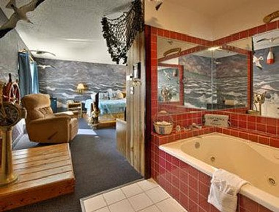 Super 8 Cloquet: Captains Quarters Jacuzzi Suite