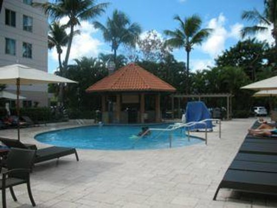 Hampton Inn & Suites San Juan: pool and poolside bar