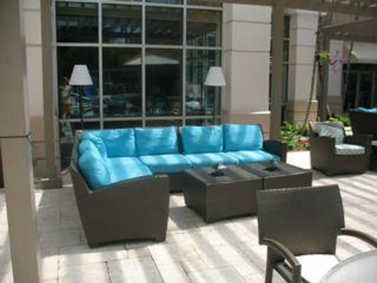 Hampton Inn & Suites San Juan: poolside lounge