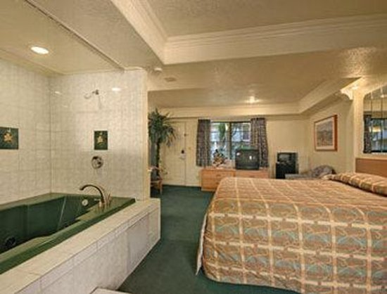 Super 8 Motel - San Jose Airport/Santa Clara Area: Jacuzzi Suite With Micro/Fridge