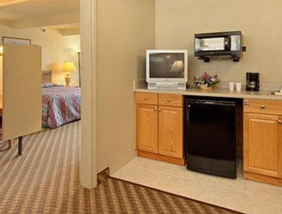 Super 8 Costa Mesa / Newport Beach Area: Mini Suite with Kitchenette