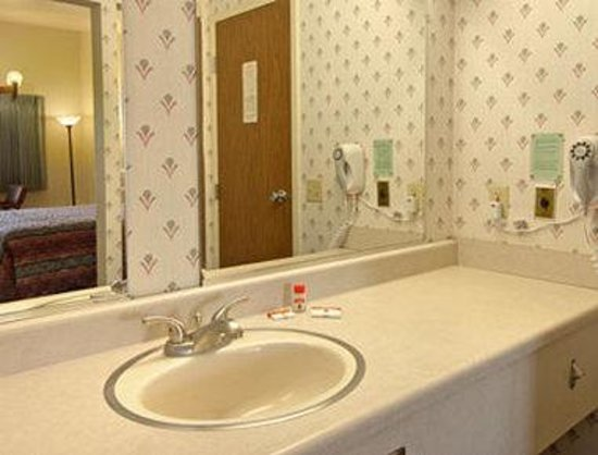 Super 8 Costa Mesa / Newport Beach Area: Bathroom