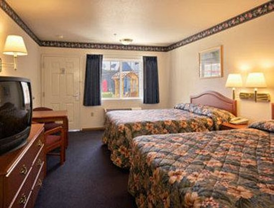 Super 8 Willits: Standard Two Queen Bed Room