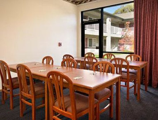 Super 8 Willits: Meeting/Breakfast Room