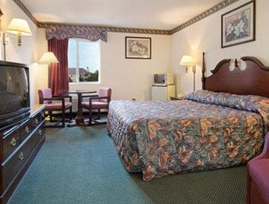Super 8 Motel Naperville: Standard King Bed Room with MicroFridge