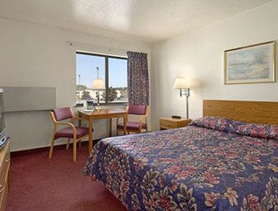 Super 8 Wisconsin Dells: Standard Queen Bed Room
