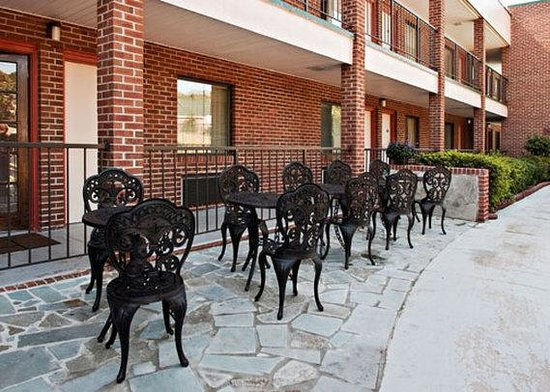 Quality Inn Mount Vernon: VAQuality Inn Patio