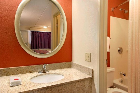 Red Roof Inn - El Paso East: Guest Bath