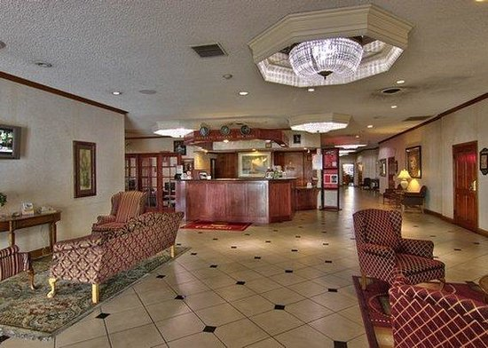 Clarion Hotel Modesto: lobby