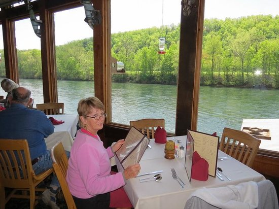 Lakeview, AR: Table by the window with view of the river