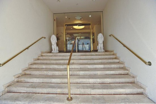 Crystal Beach Suites & Health Club: Hotel Entrance