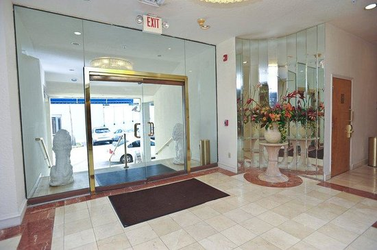 Crystal Beach Suites & Health Club: Hotel Lobby Entrance