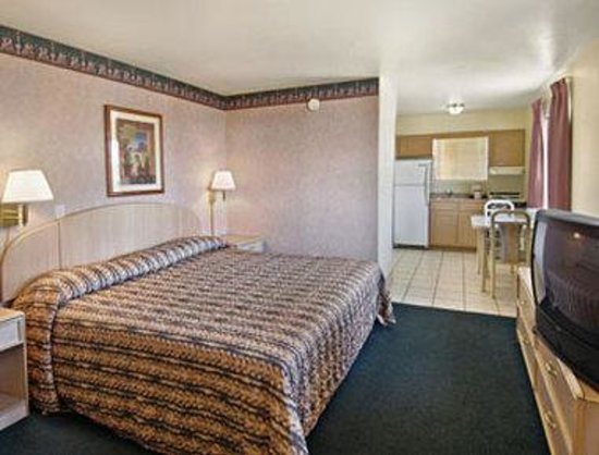 Travelodge Suites Phoenix Mesa: King Bed Suite