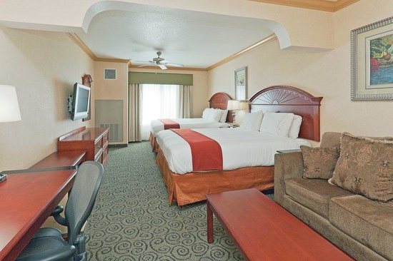 Holiday Inn Express & Suites Bakersfield Central: Two King Bed Suite
