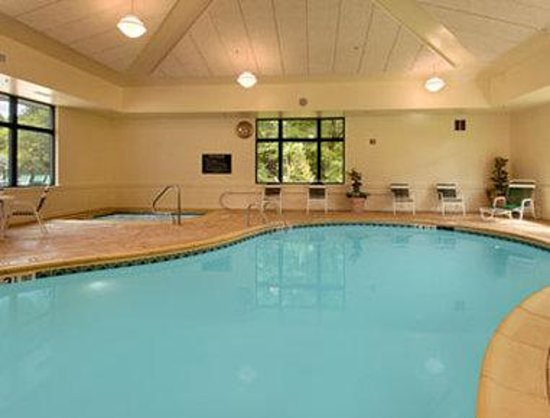 Wingate by Wyndham Lake George: Indoor Pool