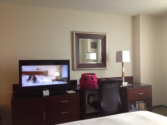 Philadelphia Airport Marriott: TV and work desk