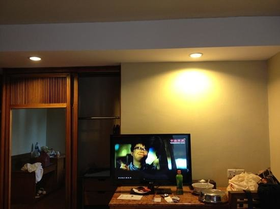 Mercure Batam: tv and cabinet