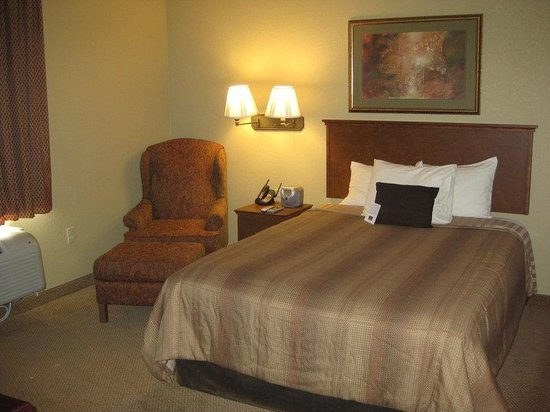 Saint Robert, MO: Queen Bed Guest Room