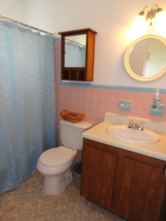 Melbourne Beach, : Unit 5 - Queen ocean view (bathroom)
