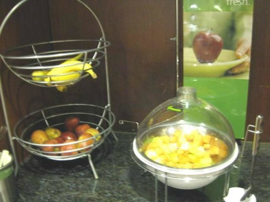 Clinton, SC: Breakfast buffet ~ fresh fruit