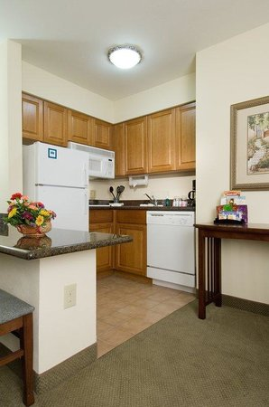 Staybridge Suites Charlotte Ballantyne: Kitchen Area
