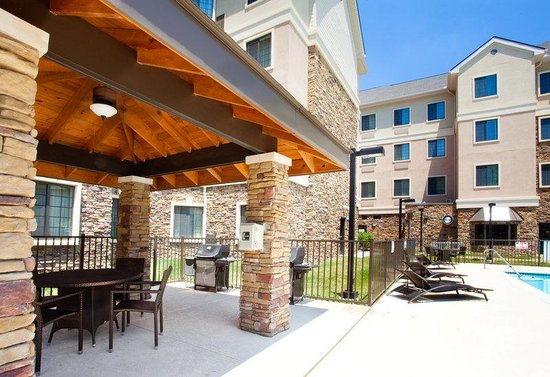 Staybridge Suites Durham-Chapel Hill-RTP: Outdoor Pool and BBQ Pavilion Patio Area