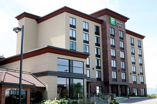 Holiday Inn Express Kelowna: Hotel Exterior - Tower
