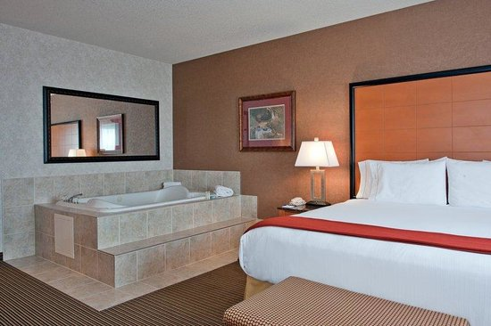 Holiday Inn Express Hotel & Suites Calgary South: Whirlpool Suite