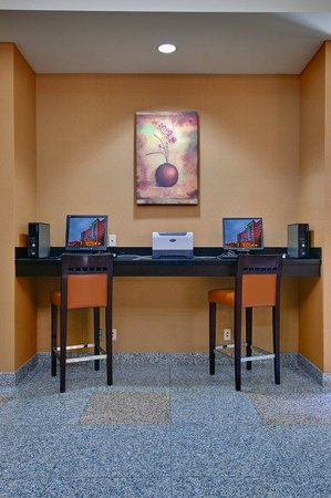 Holiday Inn & Suites: Business Center