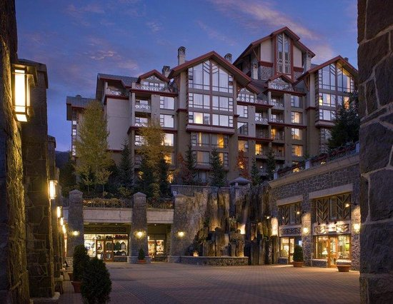 The Westin Resort &amp; Spa, Whistler: Exterior Courtyard