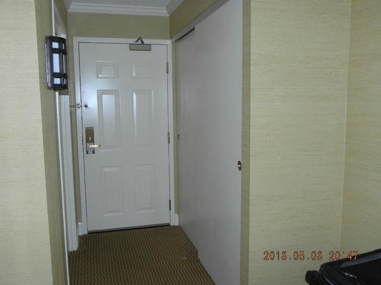 Hershey Lodge and Convention Center: Closet & entry hallway