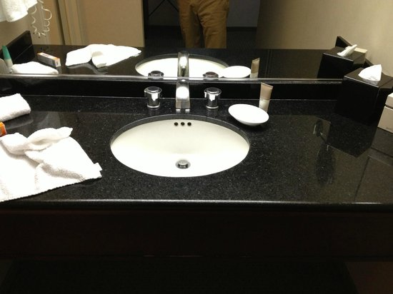 ‪‪Hyatt Regency San Francisco‬: lighting is poor in sink area‬