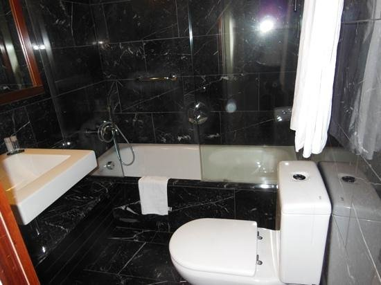 U232 Hotel: 2nd Bathroom