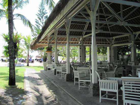 Melia Benoa: Restaurant by the beach