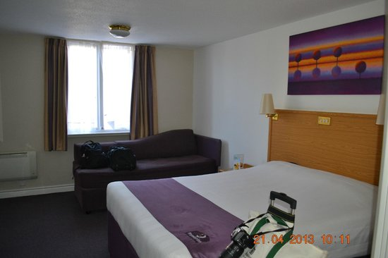 Premier Inn Edinburgh City Centre - Haymarket: Bed &amp; Sofa