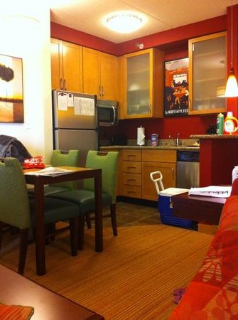 Residence Inn Marriott West Chester: kitchen and dining area