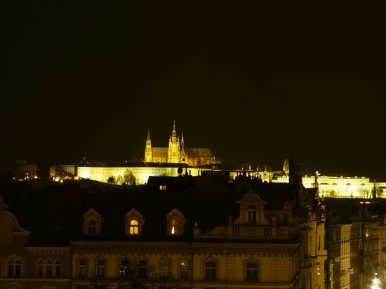 Mamaison Riverside Hotel Prague: Night view of castle from the room