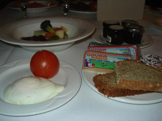 Hotel Meyrick: Egg, tomato, bread, cheese
