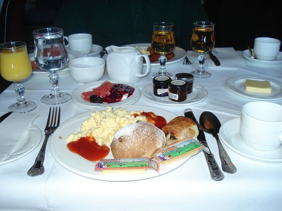Hotel Meyrick: Juice, scone, cheese, eggs, pastry