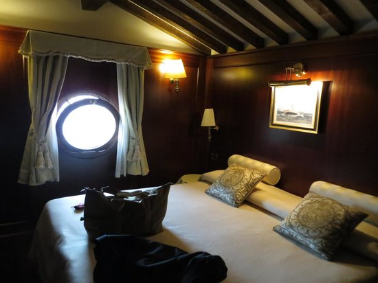 Hotel Bucintoro: Bed with our porthole window!
