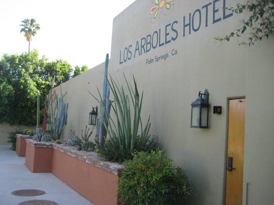 Los Arboles Hotel : Front of Hotel 