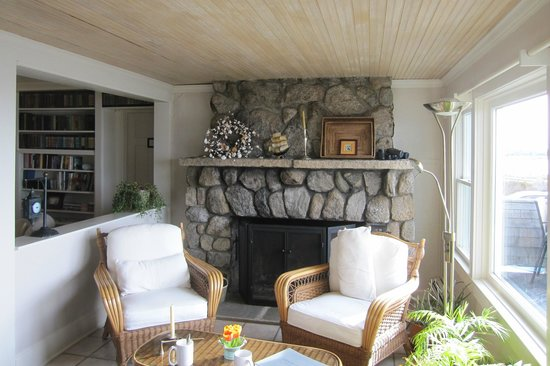 Inn on the Sound: Sit by the cozy fireplace to read/relax